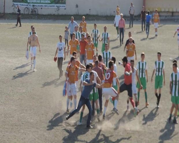 Futbolcular Birbirlerine Tekme-Tokat Saldırdı galerisi resim 1