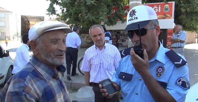 Polis Yaşlı Dedenin Ehliyetini Görünce Şok Oldu galerisi resim 1