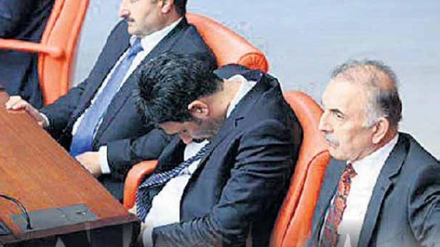 Meclis'te Uyuyan Uğur Işılak'tan Açıklama Geldi galerisi resim 1