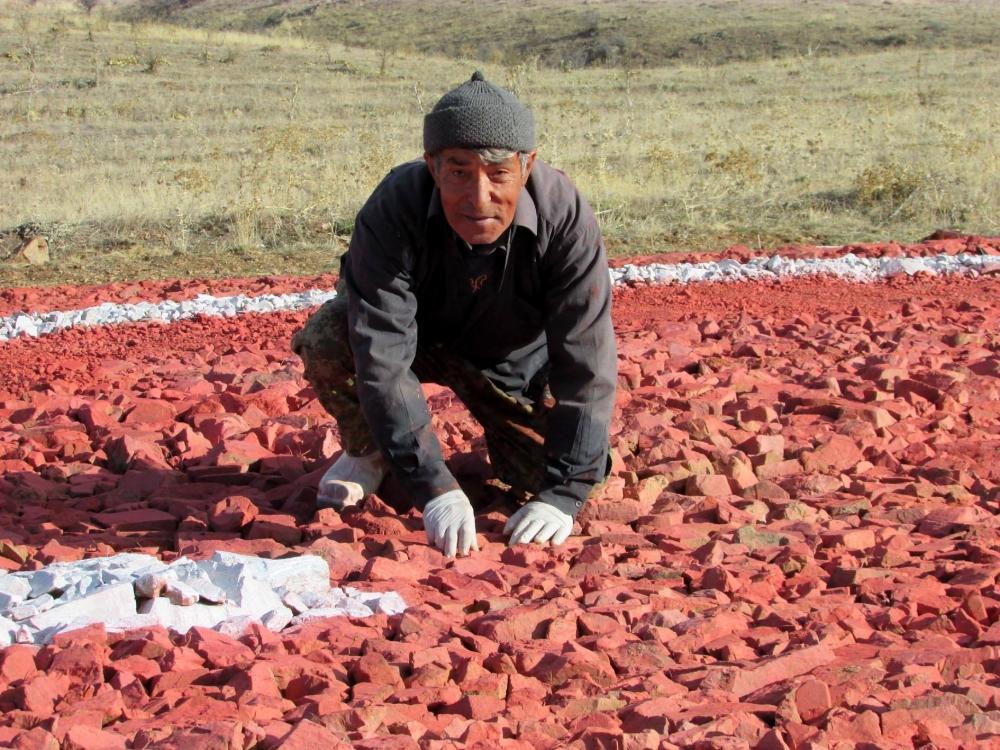 Şehitlerimiz İçin Çakıl Taşlarından Türk Bayrağı Yaptı galerisi resim 1