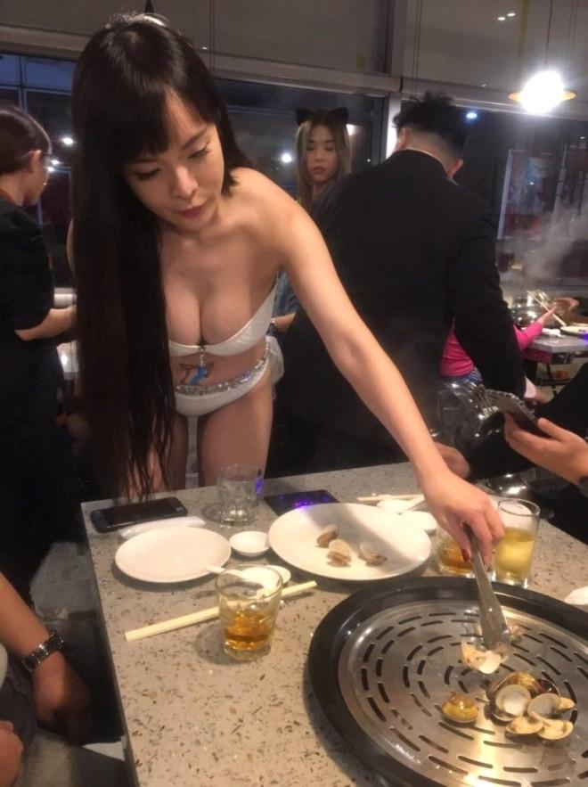 Bu Lokantada Bikinili Kızlar Garsonluk Yapıyor! galerisi resim 1