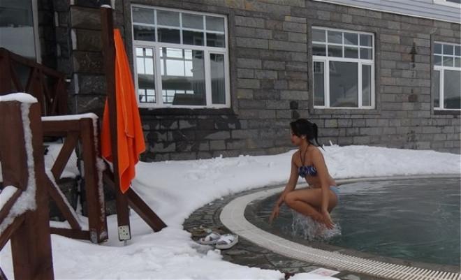 Bursa'da Eksi 10 Derece Soğukta Havuz Keyfi galerisi resim 1