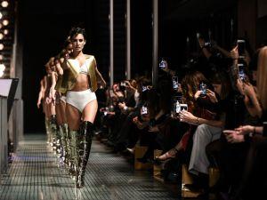 Ünlü Fransız iç çamaşır markalarından Paris'te etkileyici defile