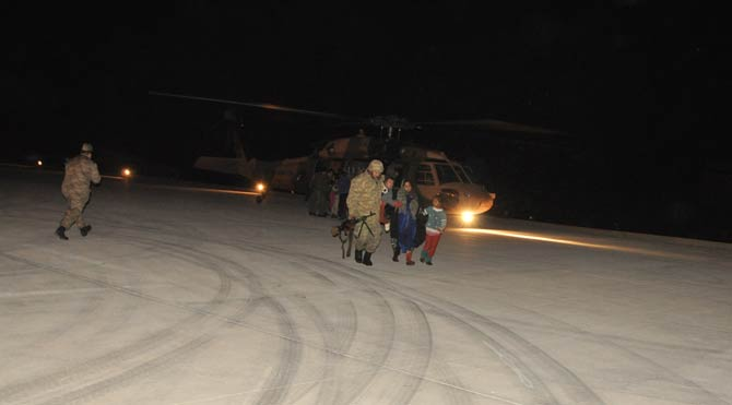 Türk Askeri Donmak Üzere Olan Suriyeli Mültecileri Kurtardı