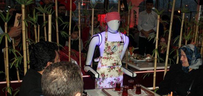 Robot Garsonların Servis Yaptığı Kafe