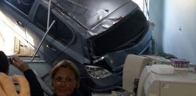 Otomobille Hastanenin Laboratuvarına Daldı
