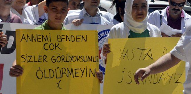 İzmir'de Sağlıkta Şiddet Protestosu Eyleminde Üzücü Pankart