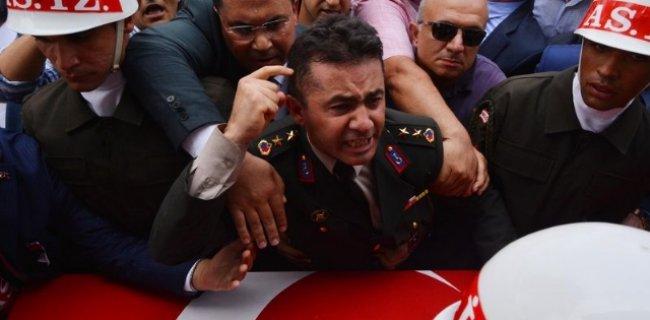 Şehit Kardeşinin Cenazesinde Siyasilere Yüklenen Yarbay'a Uyarı Cezası