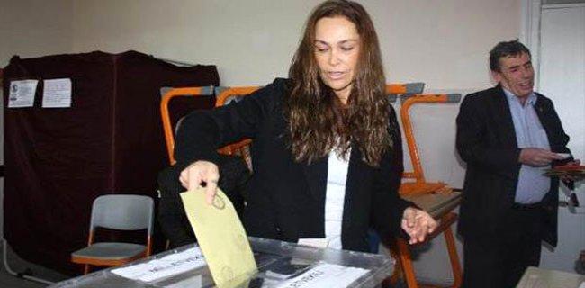 Oy Kullanan Hülya Avşar'ın Tek İsteği