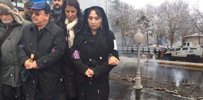Sur'a Yürümek İsteyen Grup Polise Bomba Attı!