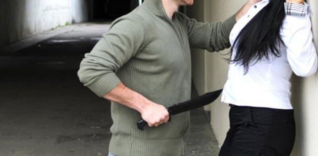 Genç Kıza, Elinde Bıçakla Cinsel İlişki Teklifinde Bulundu
