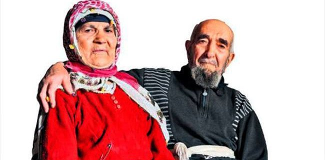 77 Yıl Sonra Kavuştuğu Eşine Gözü Gibi Bakıyor