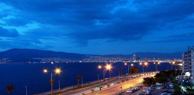 İzmir'de Gece Yarısı Şiddetli Patlama