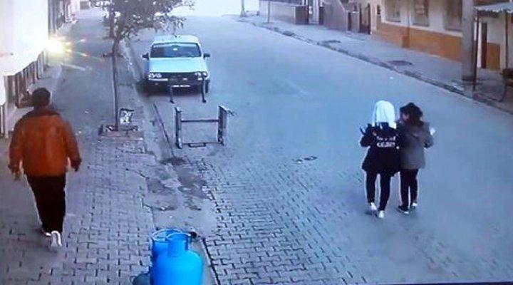 Yolda Yürüyen Genç Kızları Taciz Eden Sapık Kamerada!