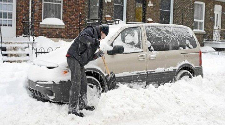 Aracın Etrafındaki Karları Temizlerken Araçtaki Eşi Ve Çocuğu Öldü!