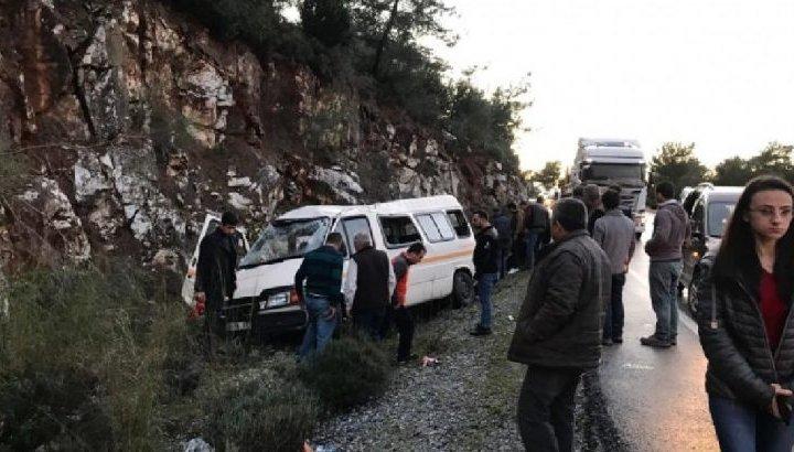 Askerleri taşıyan minibüs kayalıklara çarptı! Yaralılar var