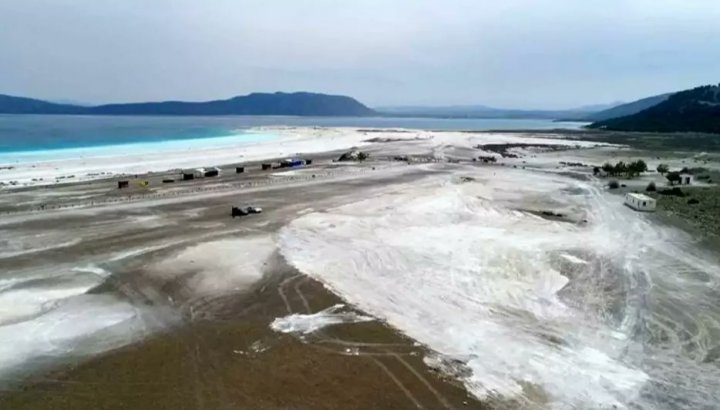 Salda Gölü'ndeki tahribattan geriye derin çukur ve lastik izleri kaldı