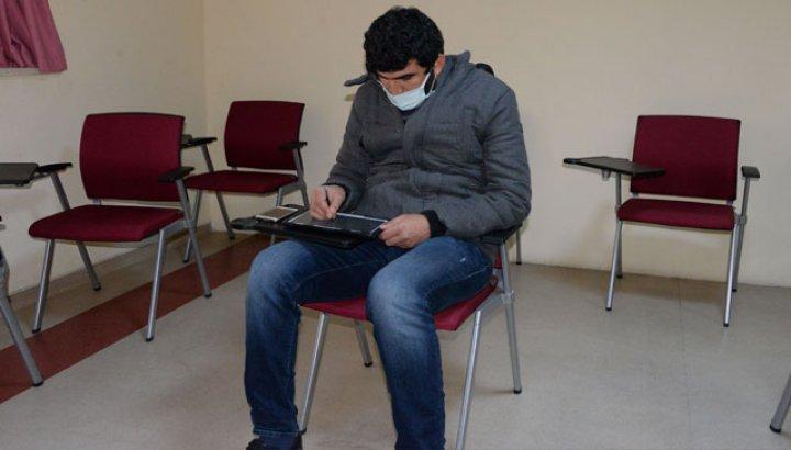 Hastane yönetimi bahçede uzaktan eğitim veren refakatçi öğretmene oda tahsis etti