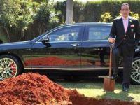 İş Adamı Öbür Dünyada Kullanmak İçin Arabasını Gömecek!