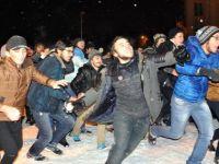 Üniversite Öğrencilerinin Kar Topu Savaşı İlginç Görüntüler Oluşturdu