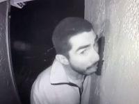 Polis 3 saat boyunca kapı zilini yalayan adamı arıyor