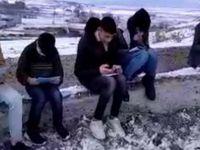 Şebeke olmayan köyde ders dinlemek için dağın tepesine çıkıyorlar