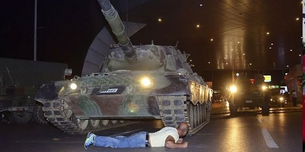 page_darbe-girisiminde-tankin-onune-yatan-adam-34ben-turk-askeriyim-siz-kimin-askerisiniz34-diye-sordum_674202541.jpg