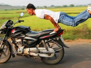 Korumasız Motor Üzerinde Yoga Yapan Adam
