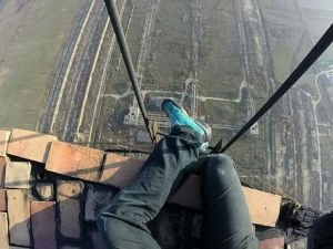 Güvenlik Ekipmanı Olmadan 280 Metrelik Kuleye Tırmanan Adam